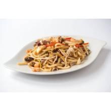 Nouilles udon sautées aux fruits de mer et aux légumes (chou chinois et poivrons)