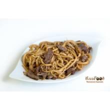B8: Nouilles udons sautés aux boeufs et légumes  servi sans riz dans le menu.